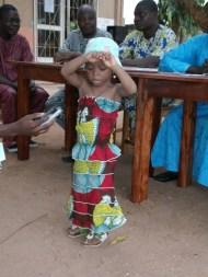 Une petite fille fait l'honneur de danser