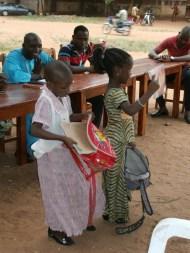 Les petites filles montrent leurs équipements scolaires