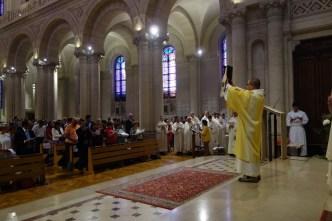 L'évêque lui remet ensuite l'évangéliaire avec pour mission de proclamer la Bonne Nouvelle. Le nouveau diacre montre au peuple l'évangéliaire.