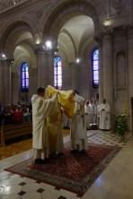 Le frère Zeyad, après l'ordination, est revêtu de l'étole en biais et de la dalmatique, vêtements du diacre.
