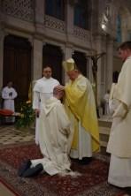 Ordination du prêtre. C'est par l'imposition des mains par l'évêque et tous les prêtres présents, et la prière d'ordination prononcée par l'évêque que le frère Marie-Augustin est ordonné prêtre.