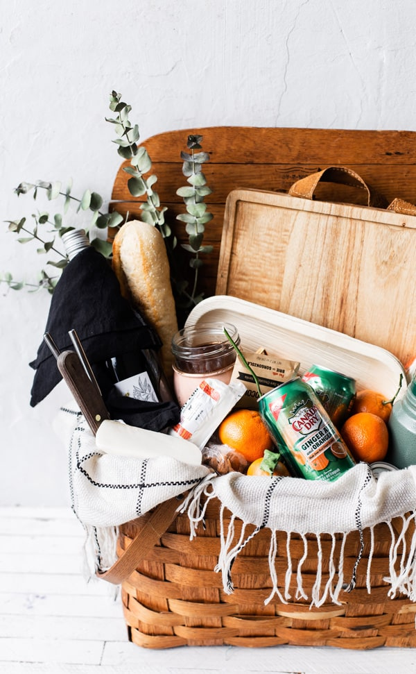 A picnic basket with a few essentials and a quick stop by the grocery store is all you need to Pack an Easy Snack and Spritzer Picnic! Picnic with wine   picnic basket   picnic recipes   white wine spritzer   @CanadaDry @CanadaDryGingerAle #ad
