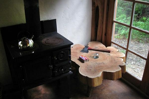 Japanisches Waldhaus aus wiederverwendeten Materialien errichtet