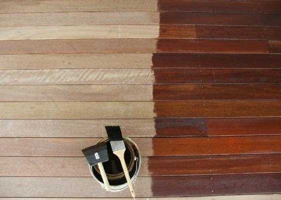 Terrasse neu gestalten - Streichen Sie farbig die