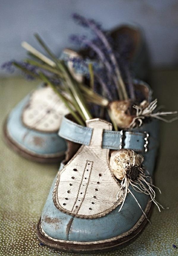 Blumenbeet anlegen  alte Schuhe erscheinen als Blumengefe