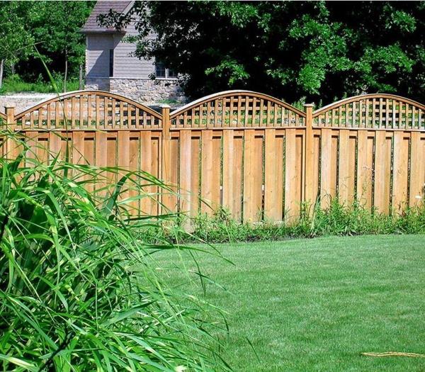 gartenzaungestaltung gartensichtschutz holzbalken lebender zaun, Garten ideen