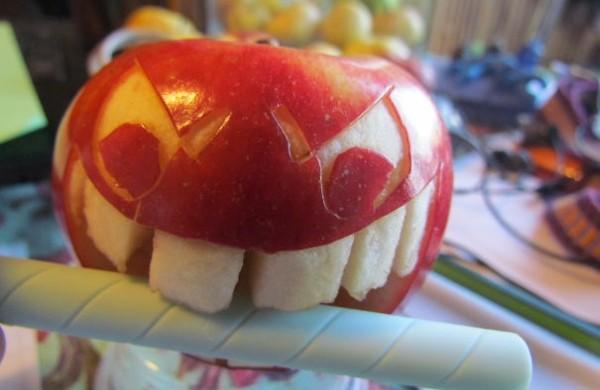 Obst dekorativ schnitzen  Apfel Kunst und aussagekrftige Gesichter