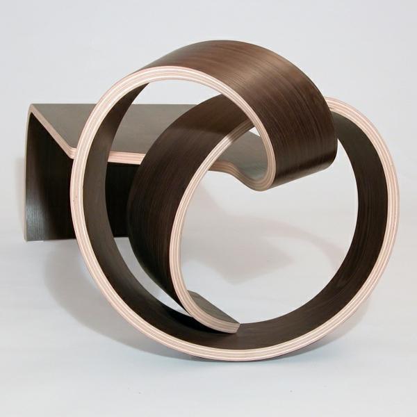 Coole Designermbel aus Holz binden einen Knoten mit Stil
