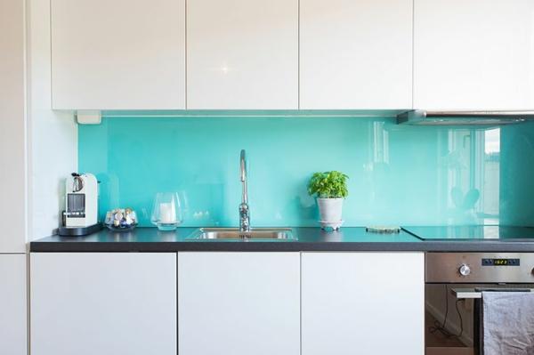 Kchenrckwand aus Glas  der moderne Fliesenspiegel sieht