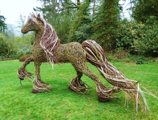 garten gestalten gartendeko pferd skulptur. Black Bedroom Furniture Sets. Home Design Ideas