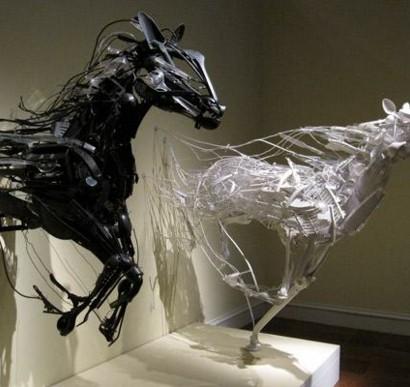 Plastik Kunst  unglaubliche Skulpturen aus Plastikbesteck