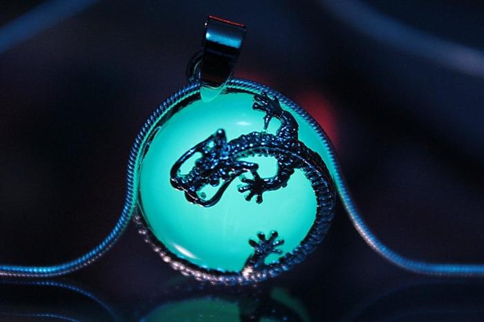 Magischer Designer Schmuck und Amulette die im Dunkeln