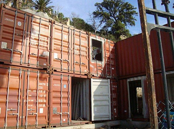 al08 Amazing House Built from Shipping Containers