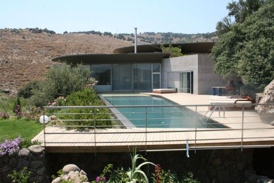 house with a pool on the roof 6 554x369 Roof Outdoor Pools, a Cool Architecture Idea