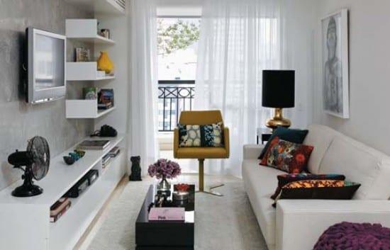 Frische Idee Fur Wohnungsgestaltung Mit Wei En Wandregalen Und Kleinem Couchtisch In Schwarz Minimalistische Wohnzimmer Einrichtungsidee
