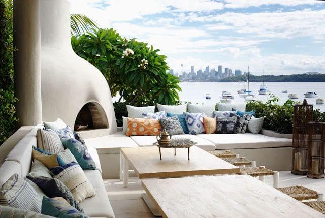 Moderne Terrasse Mit Kamioffen Wei Und Ausgemauerter Sitzecke Mit Wei En Matten