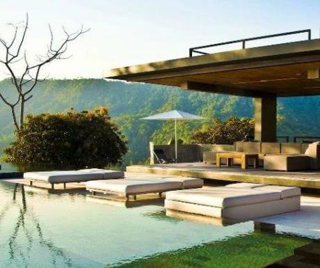 Moderne Terrasse Mit Terrassenuberdachung Beton Und Gartenliegen Mit Wei En Doppelmatratzen