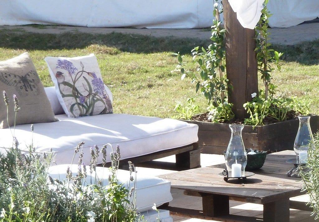 Gartenmobel Aus Paletten Mit Wei En Sitzkissen Grillen Und Schwimmen Im Terrassengarten