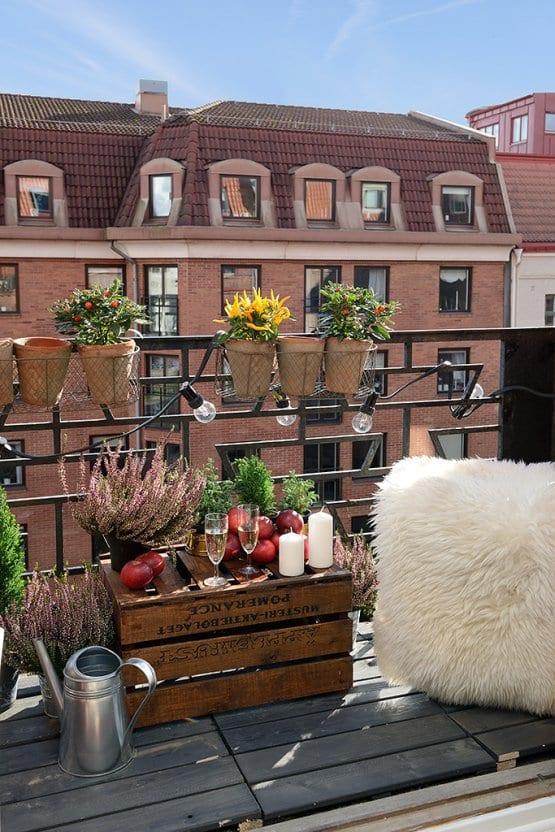 Balkon Gestalten Kissen Und Selbstgemachter Tisch