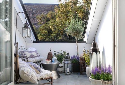jugendzimmer mit einem hochbett und einem sofa blau und orange ... - Kleines Wohnzimmer Gemutlich