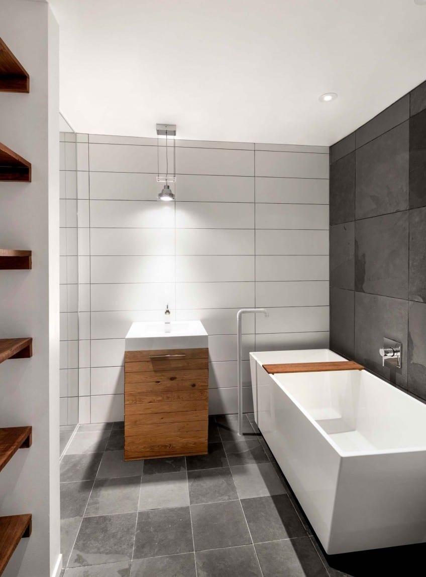 Moderne Badezimmer Mit Schwarzen Und Wei En Wandfliesen Und Designer Badewanne Freistehend Und Holzwaschtischschrank Beleuchtet Mit