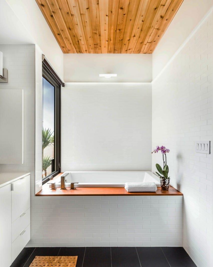 Kleines Badezimmer mit der freistehenden Badewanne Bradford