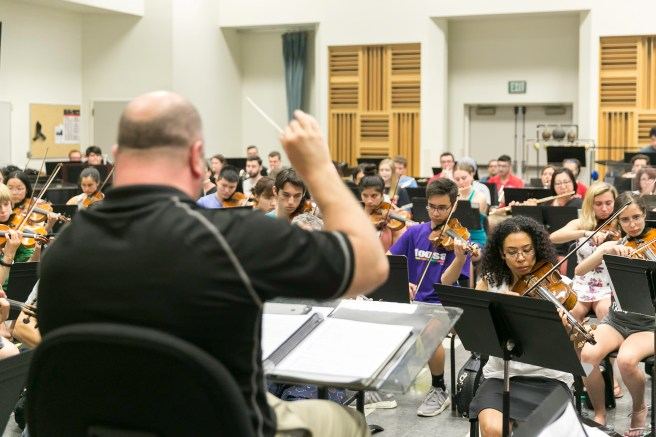 Thomas Loewenheim conducts the FOOSA orchestra