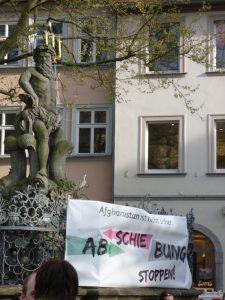 Unter dem strengen Blick des Bamberger Gabelmanns versammeln sich jeden Montag hunderte Bürgerinnen und Bürger, um gegen die Abschiebungen nach Afghanistan zu protestieren.