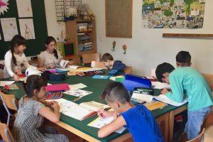 Schreiben und Malen gehört zum klassischen Stundenplan.