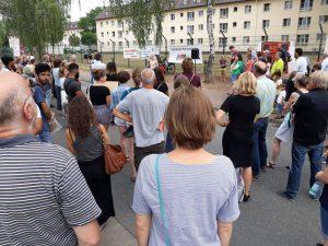 Ca. 150 Menschen kamen zur Mahnwache vor die ehemalige AEO.