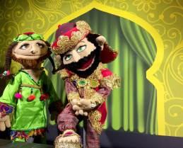 """Das Puppentheater hat hohe Ansprüche an sich selbst uns weiß mit professioneller Ausstattung bei Puppen, Kostümen und Bühnenbild zu überzeugen. Bild: © Puppentheater """"bubales"""""""
