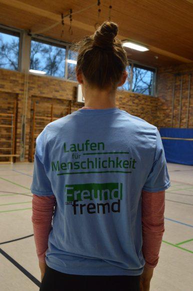 Laufen für Menschlichkeit - die neuen T-Shirts der Laufgruppe von Freund statt fremd