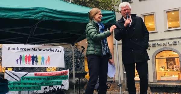 Landesbischof Heinrich Bedford-Strohm & Pfarrerin Miriam Elsel bei der Bamberger Mahnwache Asyl am Gabelmann. Foto: © Kathrin Wagner