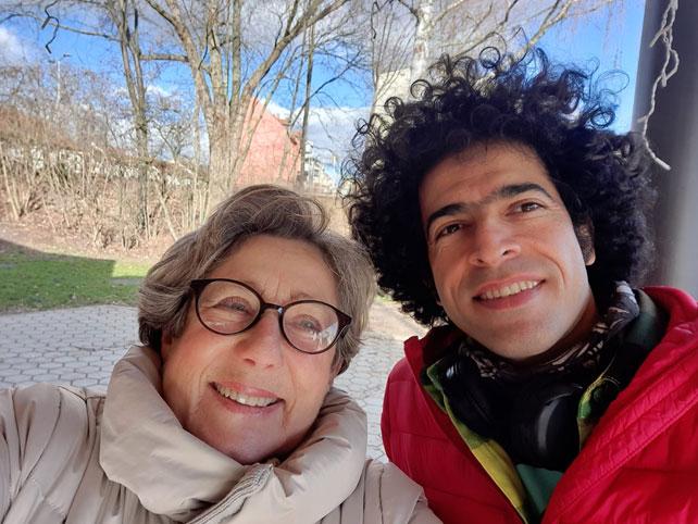 """So geht Sprachcafe """"to go"""": Sprachtandem Rita und Morteza beim Spaziergang."""