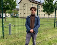 Luca Mahlau, Praktikant bei Freund statt fremd, vor seiner Arbeitsstelle, dem Ankerzentrum in Bamberg.