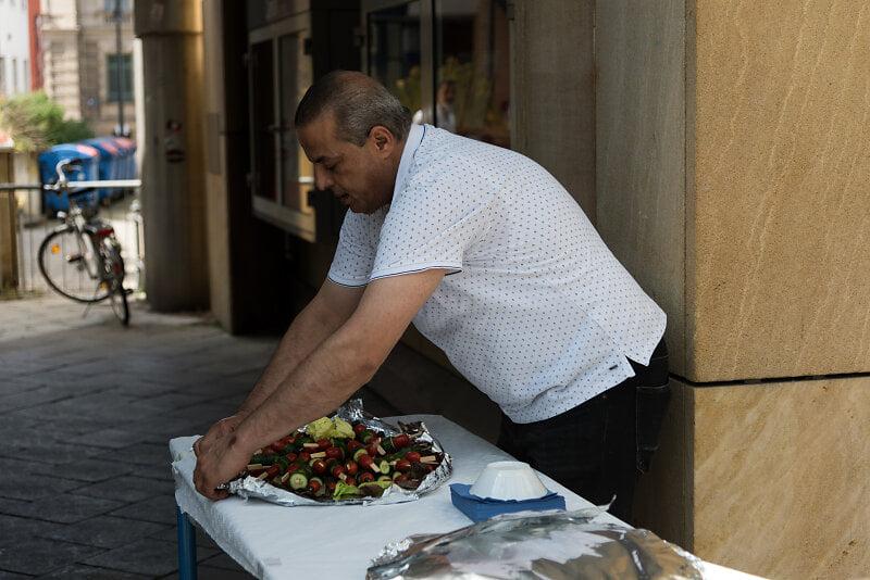 Mohammed stärkt müde Helfer*innen mit feinstem Schmackofatz.