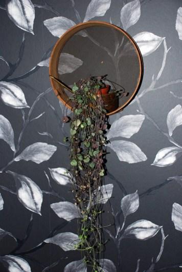 Hjärtan på tråd på väggen i en koppargryta i en siktmoj