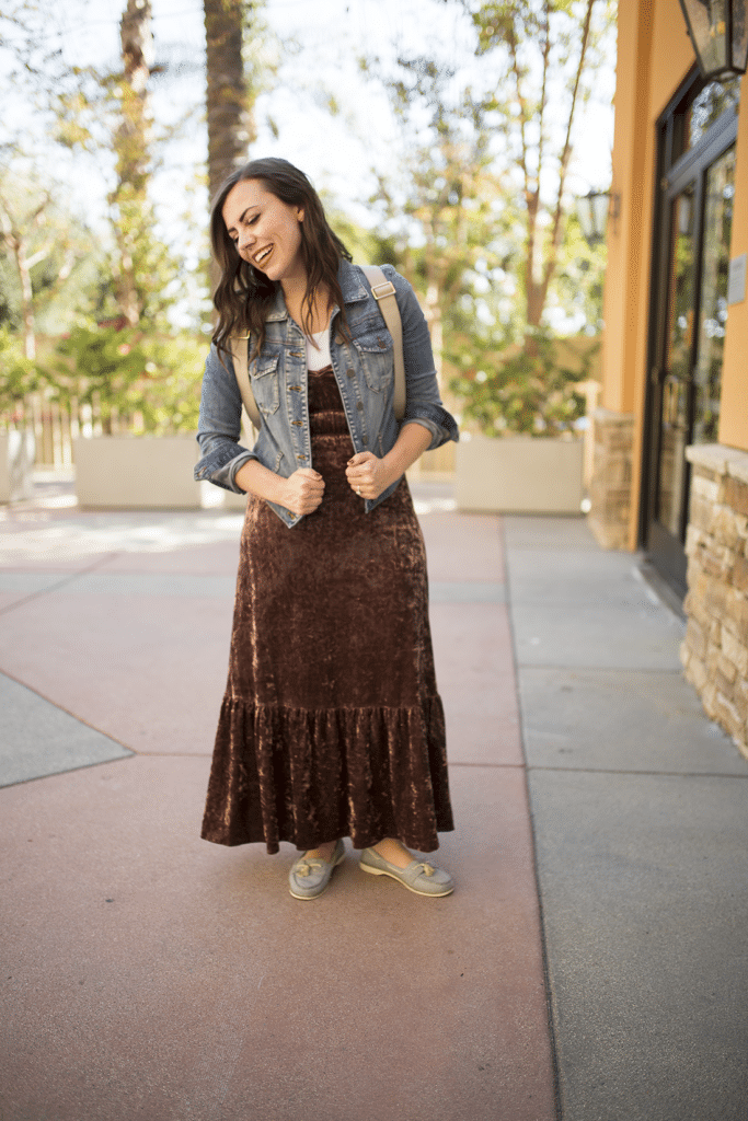 Stylish mom outfits- sharing my favorite place to find cute mom outfits that make you feel like a stylish mom with pieces that are quality and on trend- plus it has easy kid-friendly shopping centers.