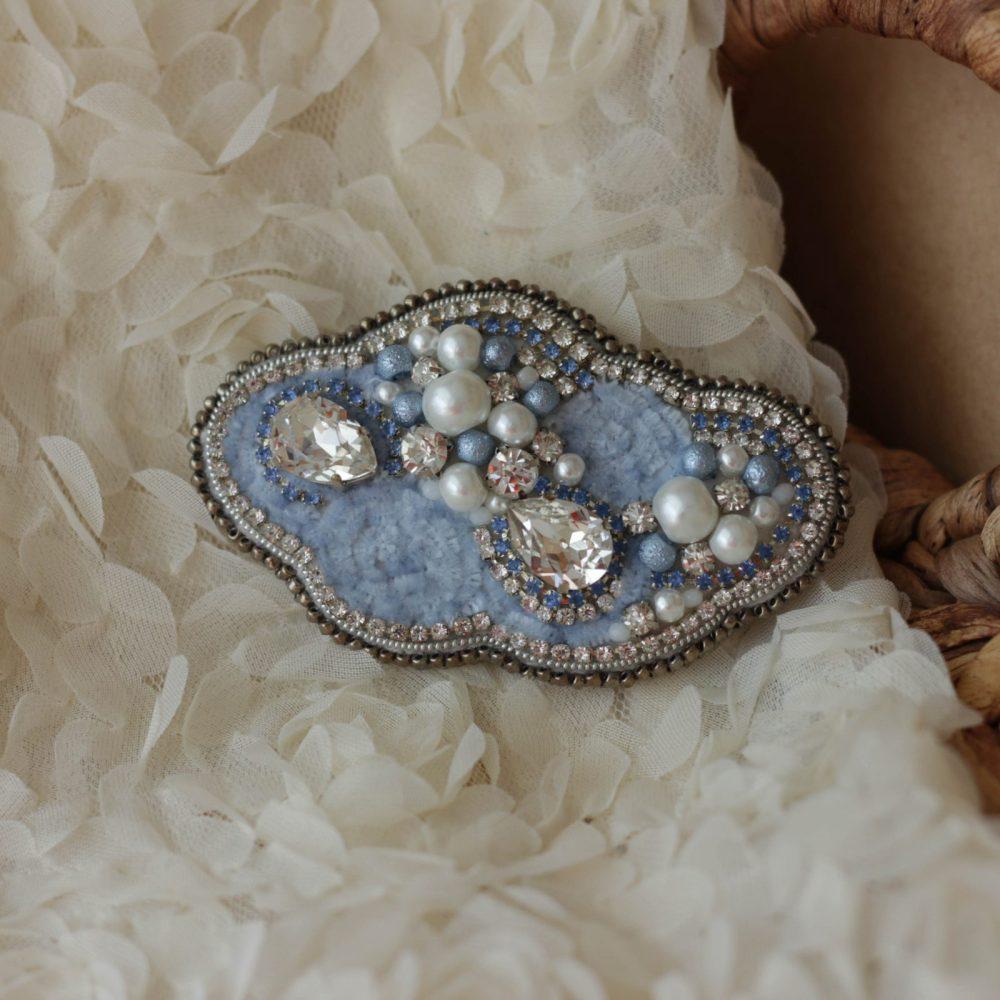 брошь классика жемчуг стразы вышивка сваросвски брошка украшения облако голубое