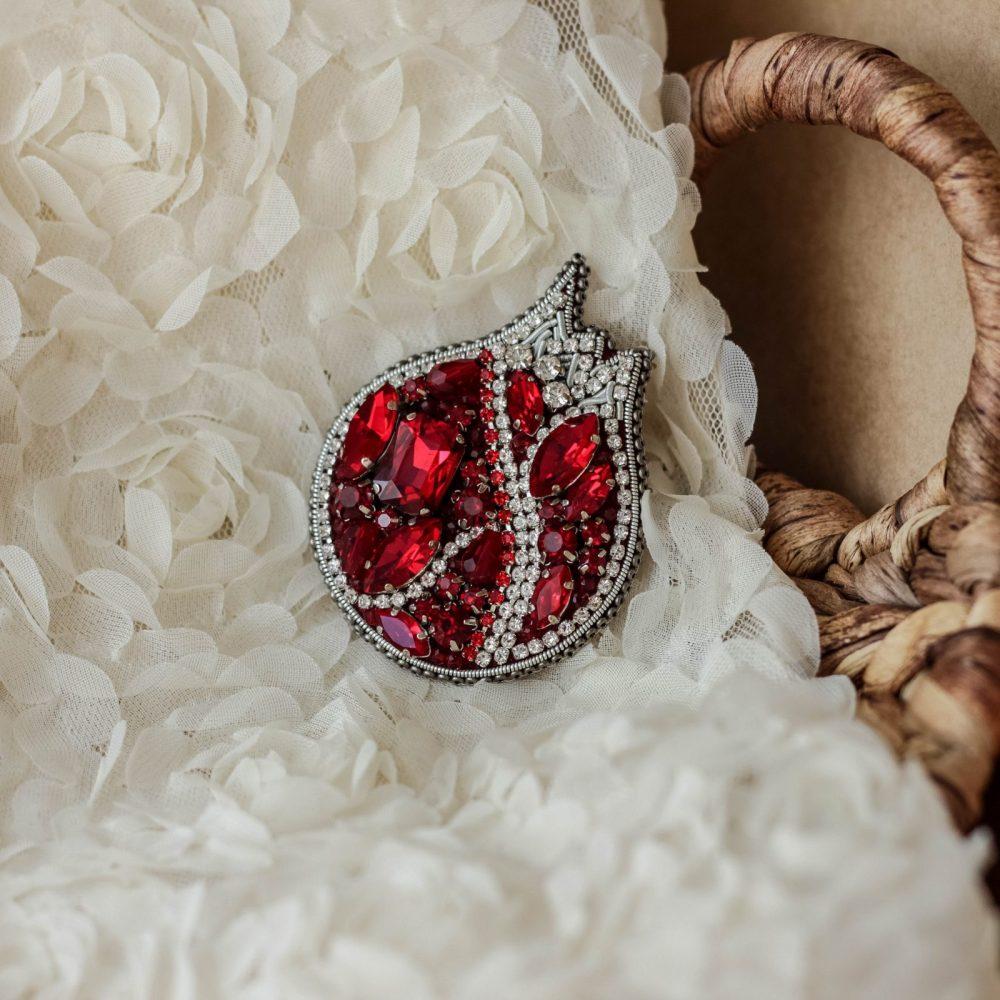 брошь классика жемчуг стразы вышивка сваросвски брошка украшения гранат красный