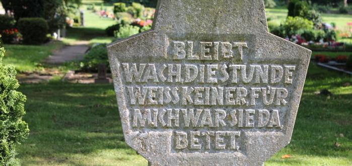 Grabstein Friedhof Bochum Werne, Inschrift Bleibt wach, die Stunde weiß keiner, für mich war sie da, betet.