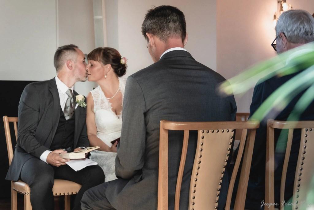 Bryllupsfotograf i Odense - kys i kirken