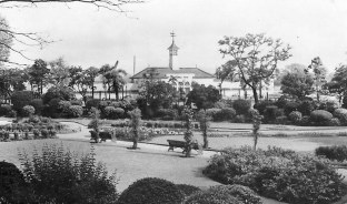 Bishop Road gardens with the Lido in the background. note the weather vane with the Bathing Belle. somehow over the years she disappeared.