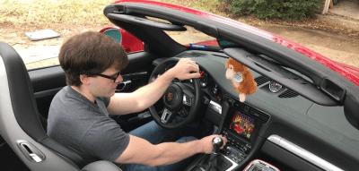 Un-fan-juega-DOOM-II-en-la-computadora-de-un-automóvil-Porsche-Carrera-911-frikigamers.com