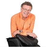 Bjarne Karlsson arbetar med Massagefåtöljer