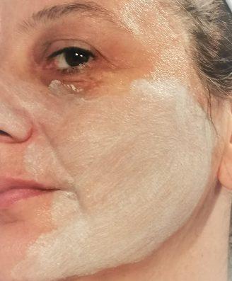 derma pureté peeling texture sur visage humide