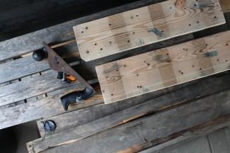 Et par af bræddernes sider får en tur med høvlen, så de kan ligge så tæt som muligt ind mod hinanden, når bordet skal samles.