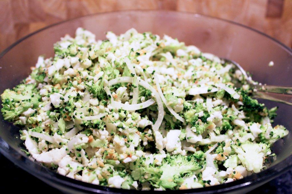 Broccolisalat med blomkål og peanuts