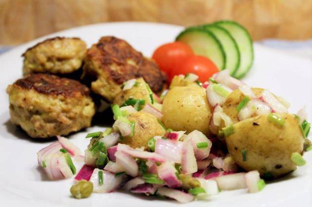 kartoffelsalat, kartofler, rødløg, purløg, kapers, frikadeller