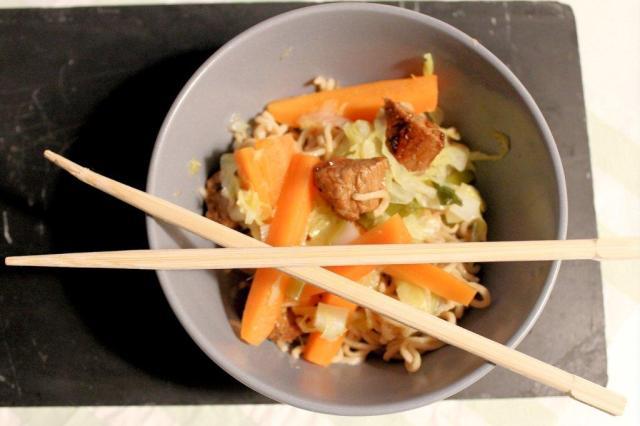 mørbrad, moerbrad, svin, fuldkorns-nudler, gulerødder, guleroedder, spidskål, spidskael